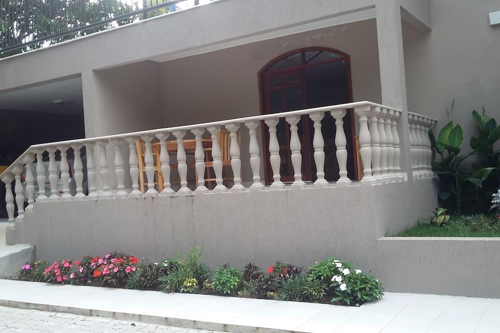 Varanda frente da Galeria /Escritório.