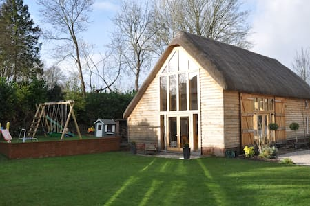 Stunning Barn Conversion in Village - Monxton - Hus