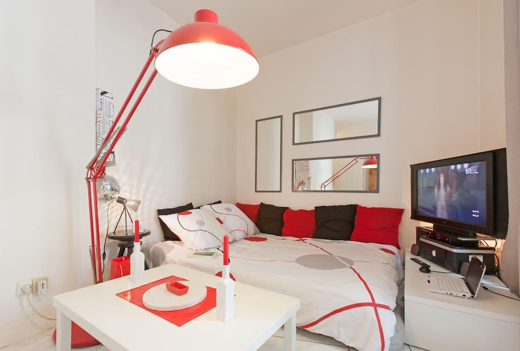 intimate studio near montparnasse flats for rent in paris le de france france. Black Bedroom Furniture Sets. Home Design Ideas