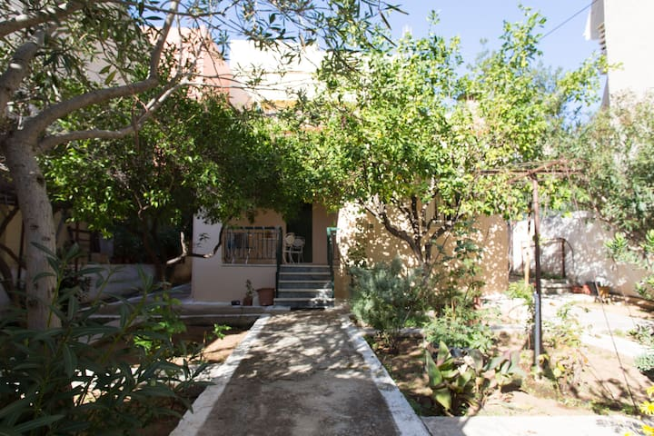 Lovely 60sqm house with garden!! - Petroupoli - House