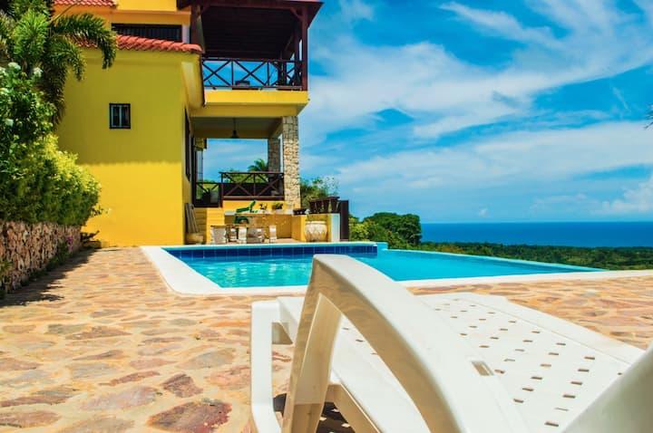 Villa en montaña con excelente vista al mar.