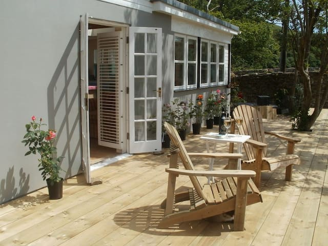 Perfect riverside cottage with large sunny deck