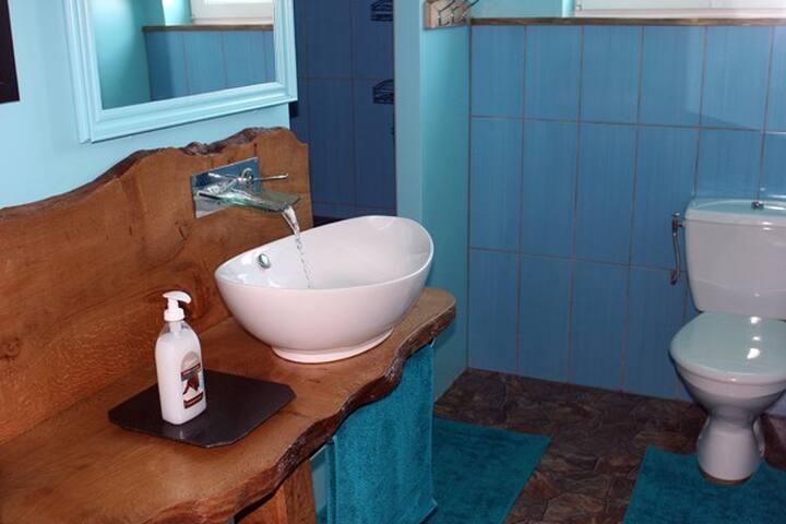 Shared bathroom, la salle de douche et WC communs.