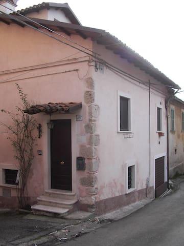 CASA SINGOLA A PIZZOLI -  AQ - Pizzoli - Huis