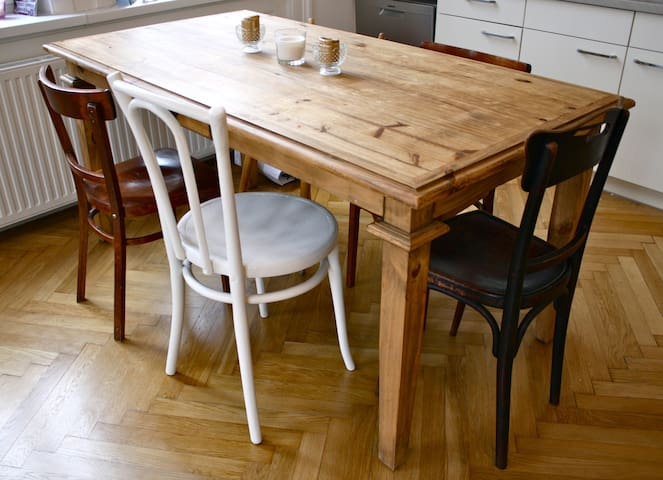 big table with 5 chairs for having a good breakfast