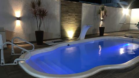 Casa com piscina em excelente condomínio!