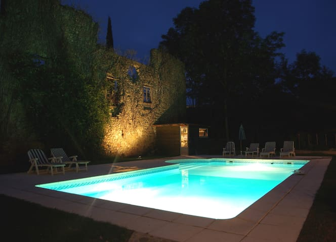 Quiet garden, pool, spacious rooms.