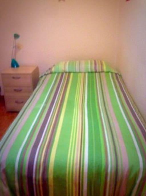King single bed/Cama grande individual