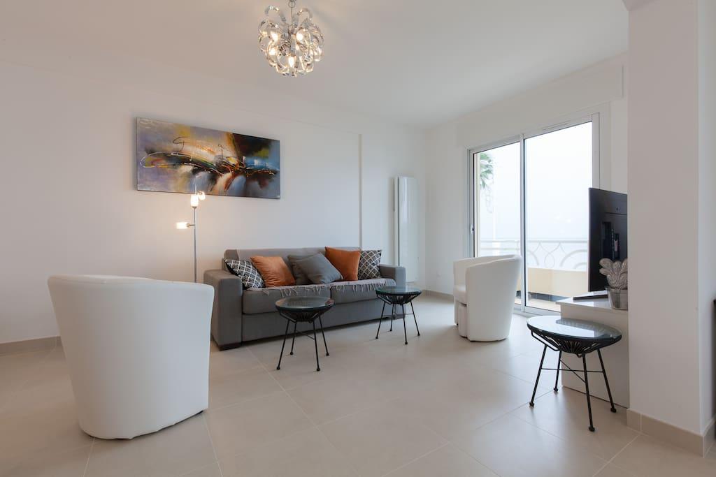 Huiskamer met TV met Nederlandse programma's.