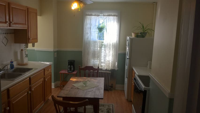 Comfortable 2 bedroom,  Pet Friendly, Large Yard