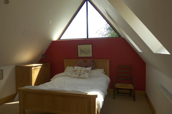 """Red"" En-suite double bedroom in rural village - Barby Rugby - Huis"