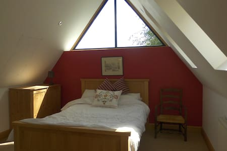 """Red"" En-suite double bedroom in rural village - Barby Rugby"