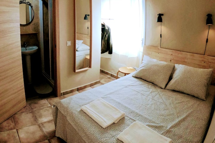 VP3 Stylish & Quiet Room + Private Bathroom