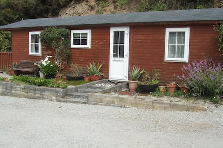 Detached Log Cabin, close to beach - Porthtowan - Cabin