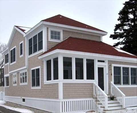 Charming Cottage at Exclusive Beach in Scarborough