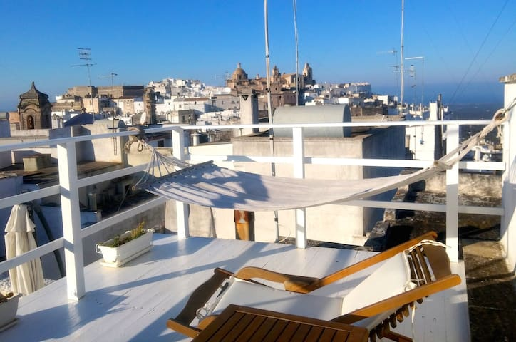 Chic & cozy, great location, amazing roof terrace - Ostuni - Hus