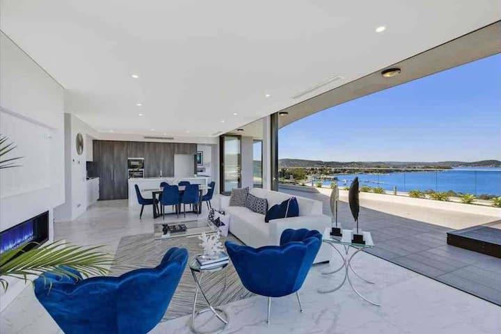 Stylish Penthouse with Views & Jacuzzi