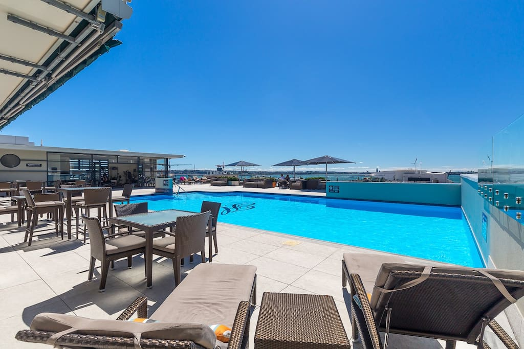Heated roof-top pool with stunning views of the harbour & city