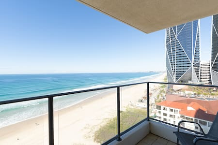 Beautiful apartment, amazing view - right on the beach. Nice quiet location. Leanne was very nice and helpful.