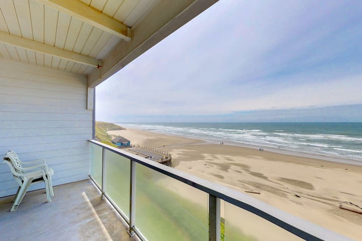Oceanfront Nye Beach condo with views of ocean & lighthouse - great location!