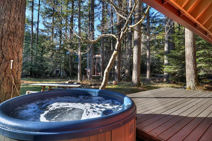 Welcoming cabin secluded in forest w/ private hot tub