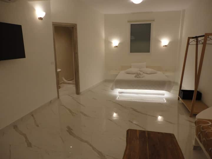 Brand new modern apartment in Fira for 3!