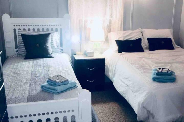 Private Bedroom w/2 Beds Sleeps 3  🏘Pelham Border🏘