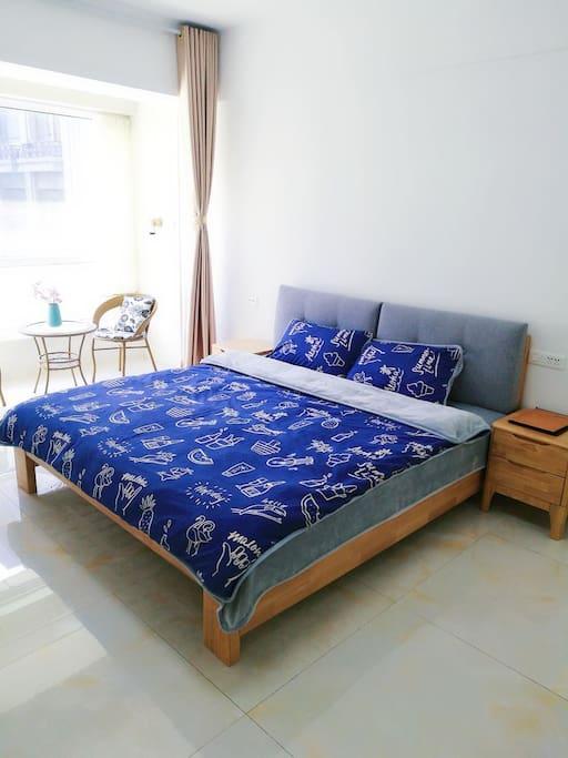 1.8×2米实木床,图片床品名为度假,棉+磨毛,适合秋冬使用!