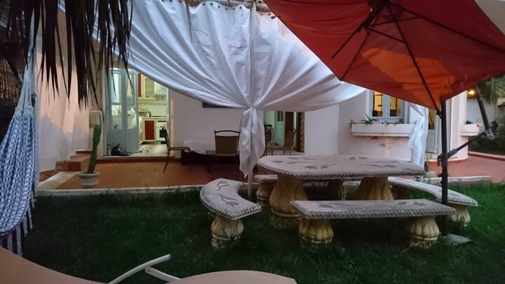 Chambre dans maison coloniale avec jardin & calme.