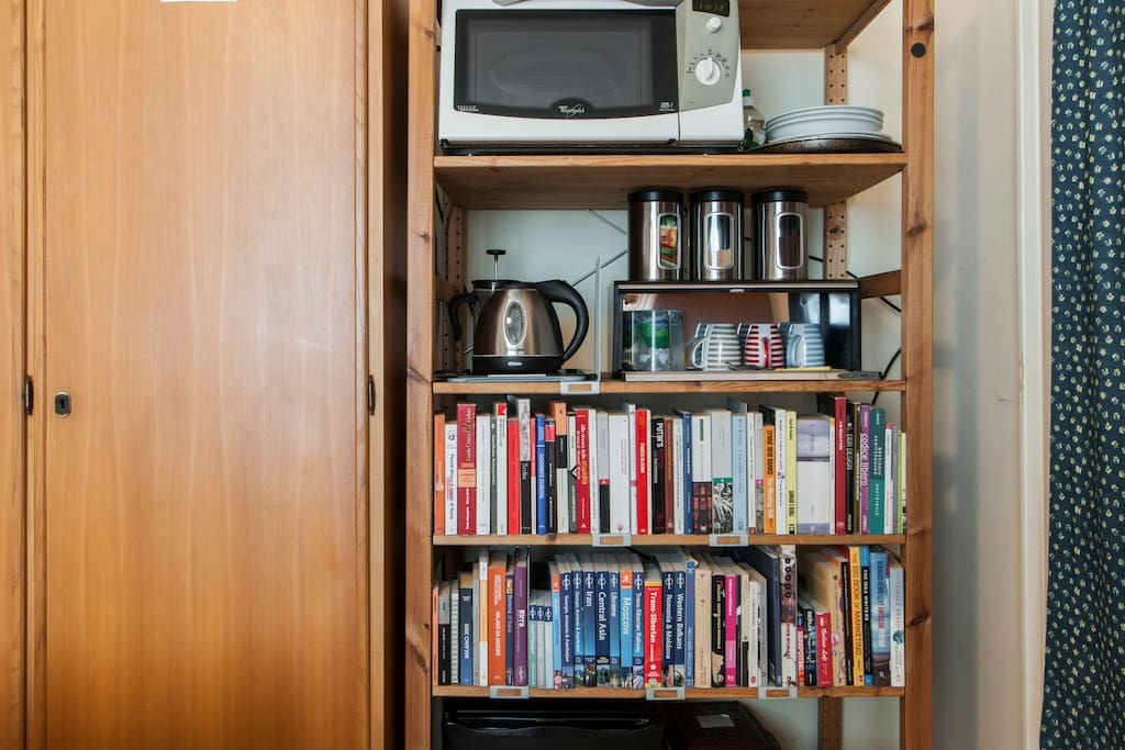 The breakfast corner in your room: fridge, kettle, microwave, tea, coffee, silverware and lots of travel books to read