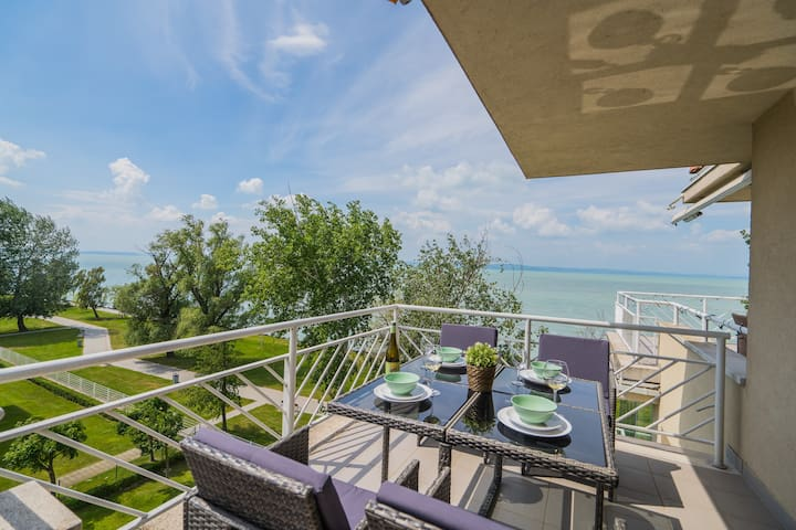 Panorama Lakeside Apartment with Sunny Balcony