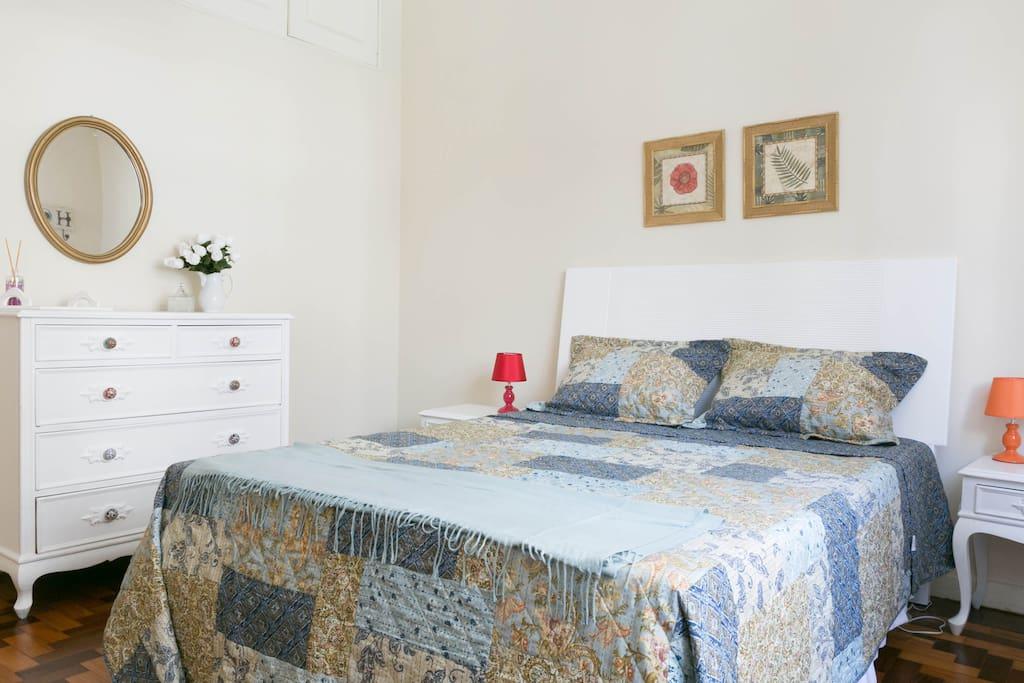 Main bedroom (queen bed)