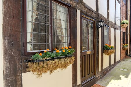 Historic 3 Bed Townhouse with Parking ! - Shrewsbury - House