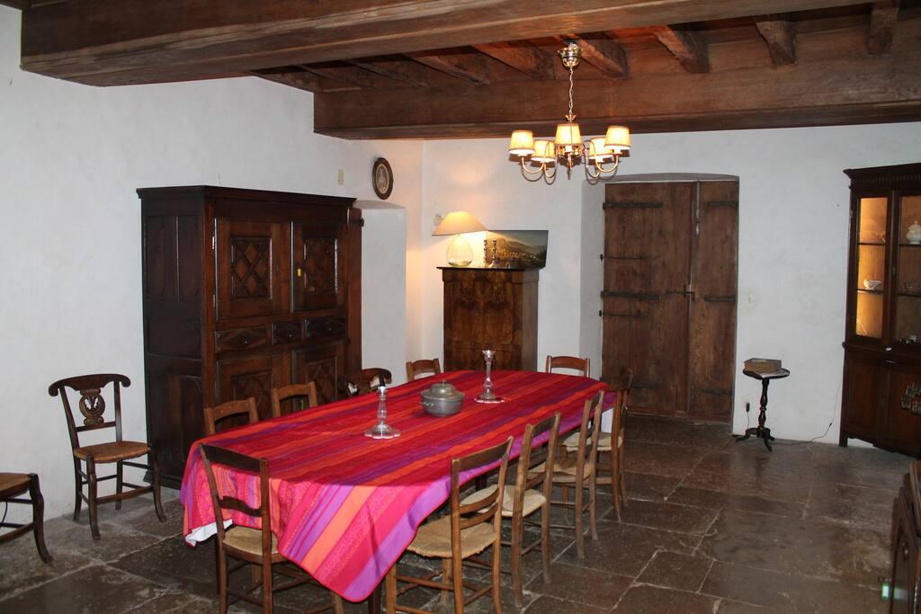 salle à manger pouvant accueillir de grande tablée avec accès direct à la cuisine