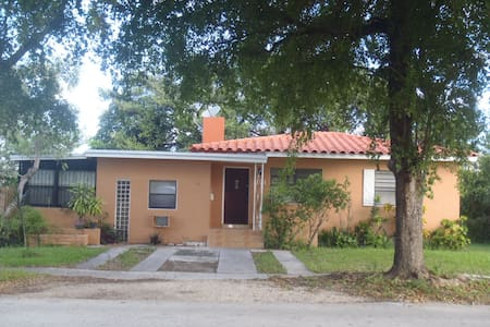 FURNISHED 3/2 HOUSE 3 MILES BEACHES ENGLISH FRENCH - North Miami Beach - House