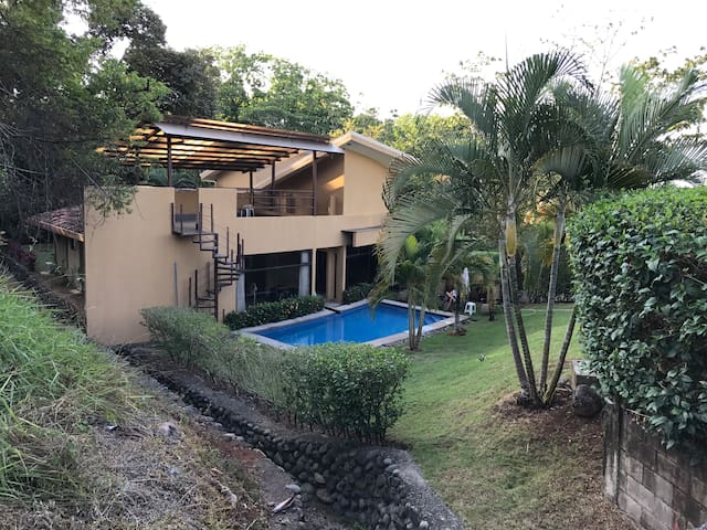 TROPICAL HOME WITH A POOL & CLOSE TO BEACHES - esterillos oeste - Huis