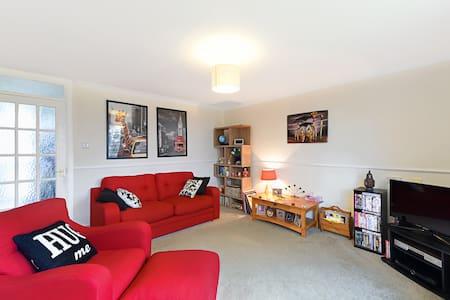 Comfortable double in friendly home - Farnborough