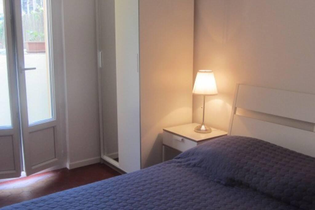 Chambre avec un lit double, une armoire et un placard