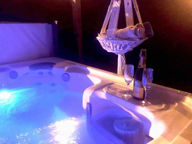 ⭐️🏡 The Hot Tub House 🍿 + Netflix & Free Parking 🎥⭐️