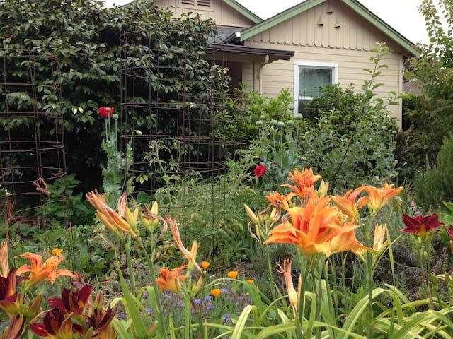 VeraCruz Gardens - Convenient Local, Sweet!