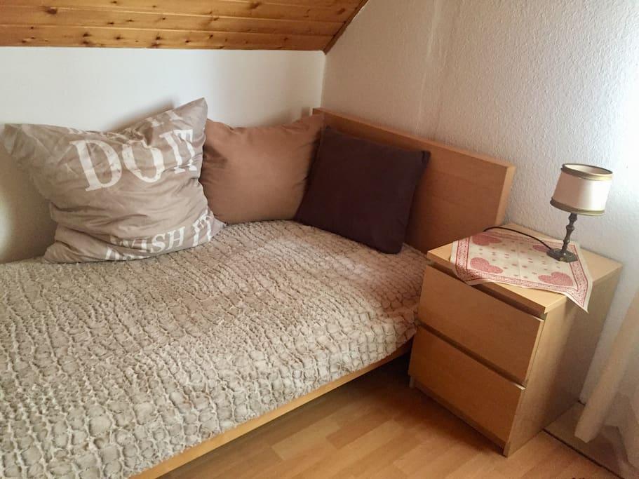 Einzelbett zur Couch umfunktioniert.