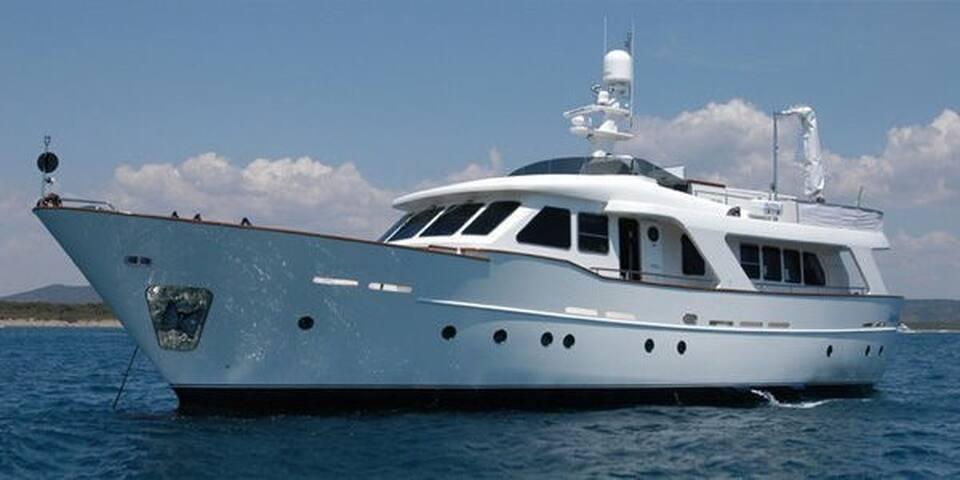 Мероприятия и проживание на яхте Benetti