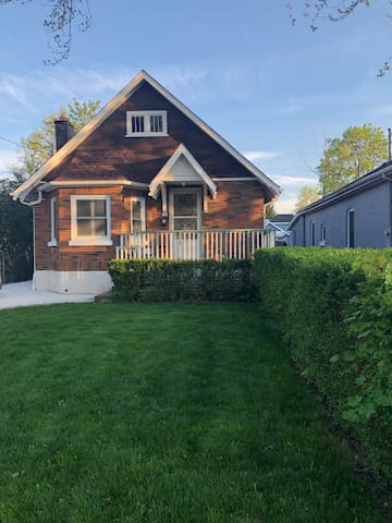 Charming House In the Heart of Wortley Village