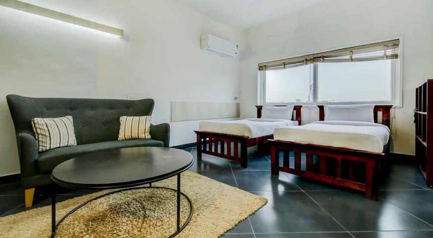 1 Deluxe Twin Room Near Delhi Airport &Cyber City