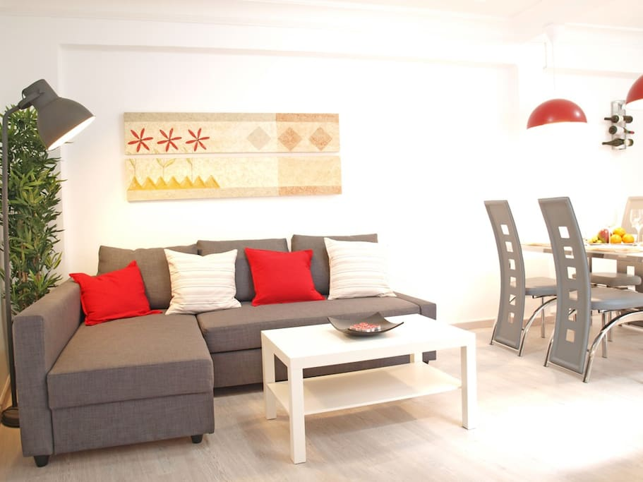 Amplio sofá con chaise-longue. Wide sofa with chaise-longue.