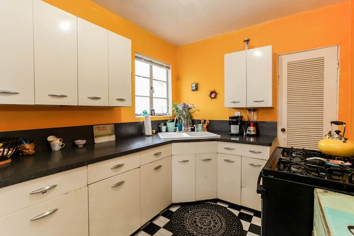 The kitchen is fully equipped with a Keurig coffee machine and a juicer.