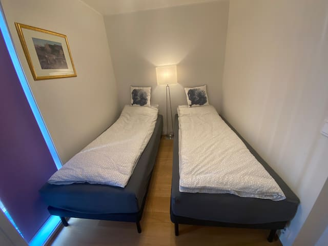 Soverommet nr.2 har 2 separert komfort seng. Og de to senger kan sette sammen hvis gjester har behov for det. Det er inkludert sengetøy og håndklær til alle gjester.