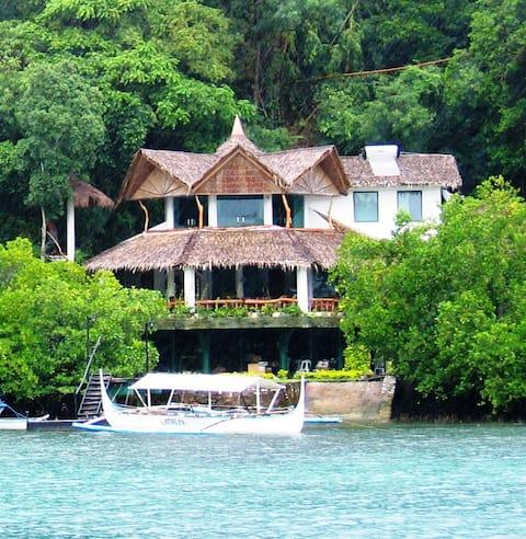 Spacious 4 Bedroom Boathouse