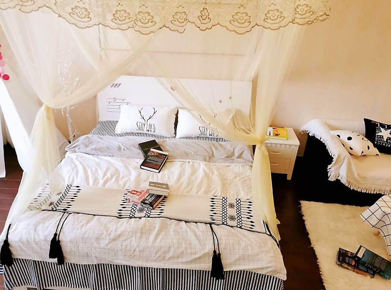 粉帘撩起,一张大而柔软的床褥整整齐齐地叠着,缨丝梦床,浅浅的粉纱遮掩得如梦境般奇幻,床旁有一室内帐篷,粉红色的灯光印在床上,就那么静静的…