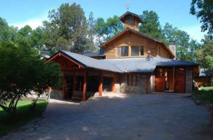 Casa c/pileta y jardin con vista al Cerro Chaleco